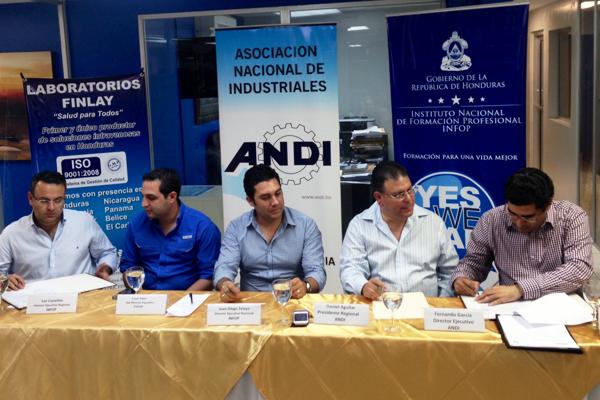 Firma de Convenio INFO- ANDI. Sr. Juan Diego Zelaya y Sr. Daniel Aguilar .